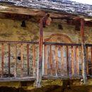 Façade d'une maison de Garini, village fantôme