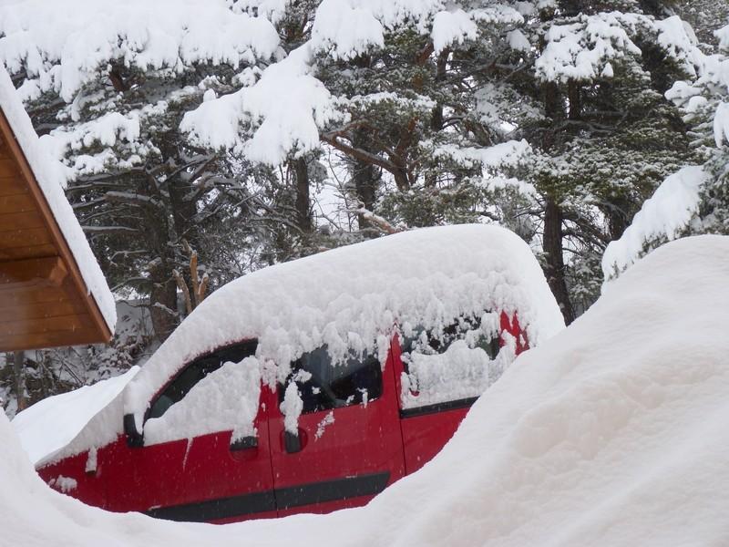 le kangoo-rouge TrekAlpes couvert de neige