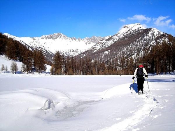Sur le lac de Roue gelé et enneigé  -Tour du Queyras à raquettes