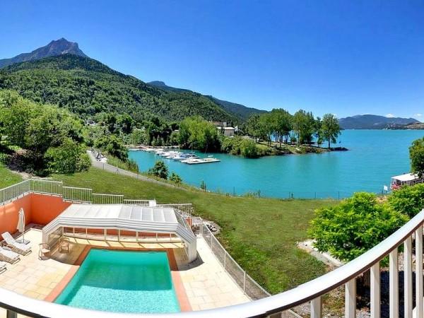 Piscine de l'Hôtel à Savines (non contractuel) - Tour du Lac de Serre-Ponçon