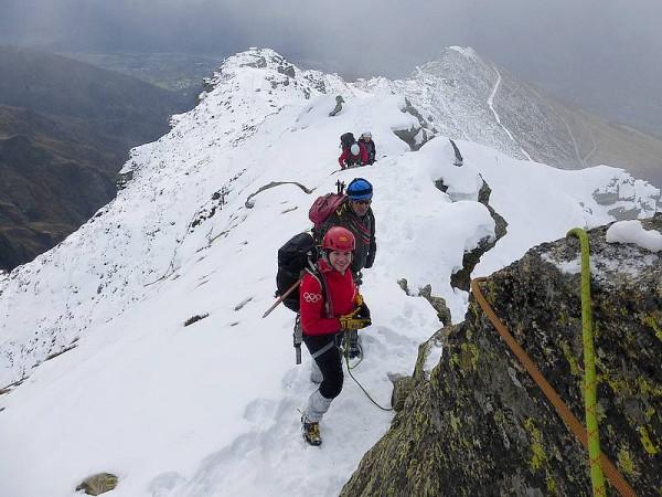 Alpinisme hivernal dans les Alpes sur des montagnes trés sauvages