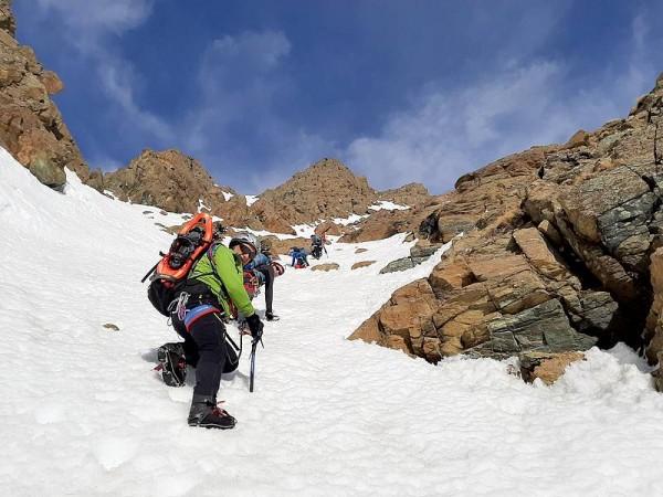 Couloir enneigé -alpinisme hivernal