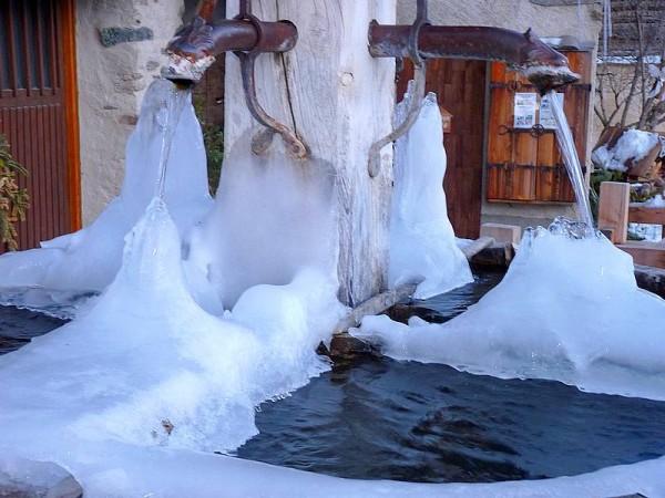 Fontaine typique du Queyras à Saint-Véran