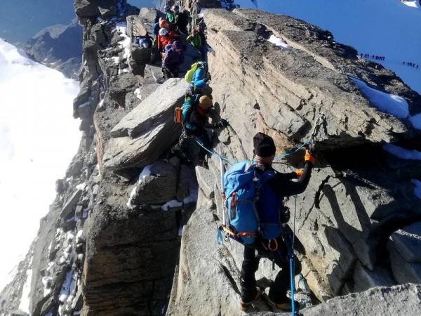 Arête finale (cables) sur 25 m pour rejoindre le sommet