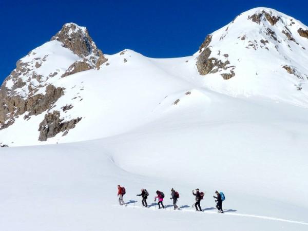 raquettes aux bains du monetier montée a travers vastes alpages enneigés