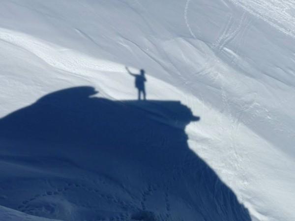 Jour 3 séjour raquettes aux bains du monetier vallée de cervières ombre de randonneurs sur la neige