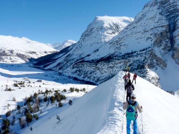 Jour 3 séjour raquettes aux bains du monetier vallée de cervières randonneurs sur crête de neige
