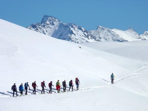Jour 3 séjour raquettes aux bains du monetier vallée de cervières randonneurs vastes alpages enneigés