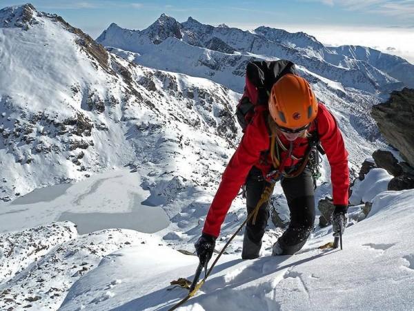 Alpinisme hivernal sur crêtes enneigées