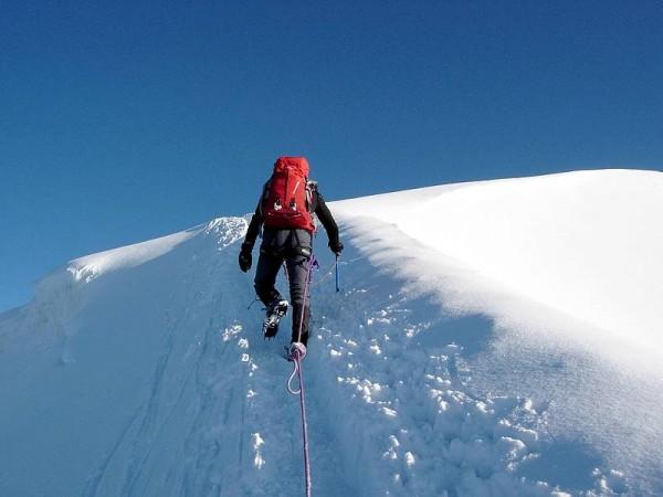 Alpinisme hivernal sur sommet de 3000 m enneigé
