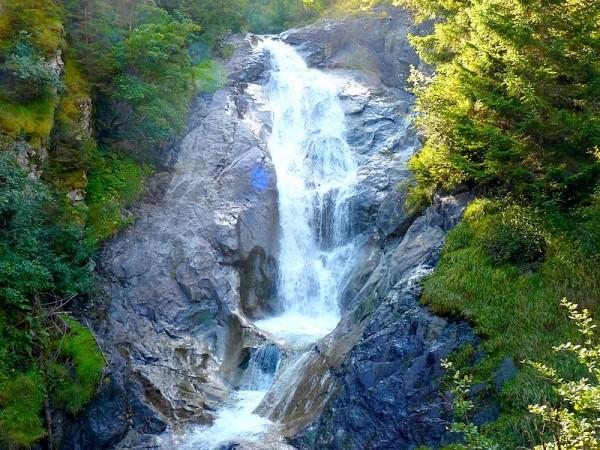 Cascade vers Venosc - Tour des Ecrins GR54 en Gîtes et refuges en 6 jours