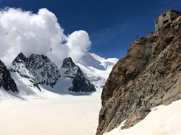 le refuge des Ecrins sur son éperon dominant le glacier Blanc